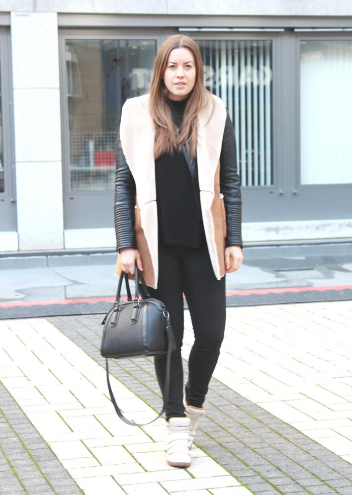 Faux Lammfell Weste und Sneaker Wedges - La Mode et Moi, der Modeblog aus Köln