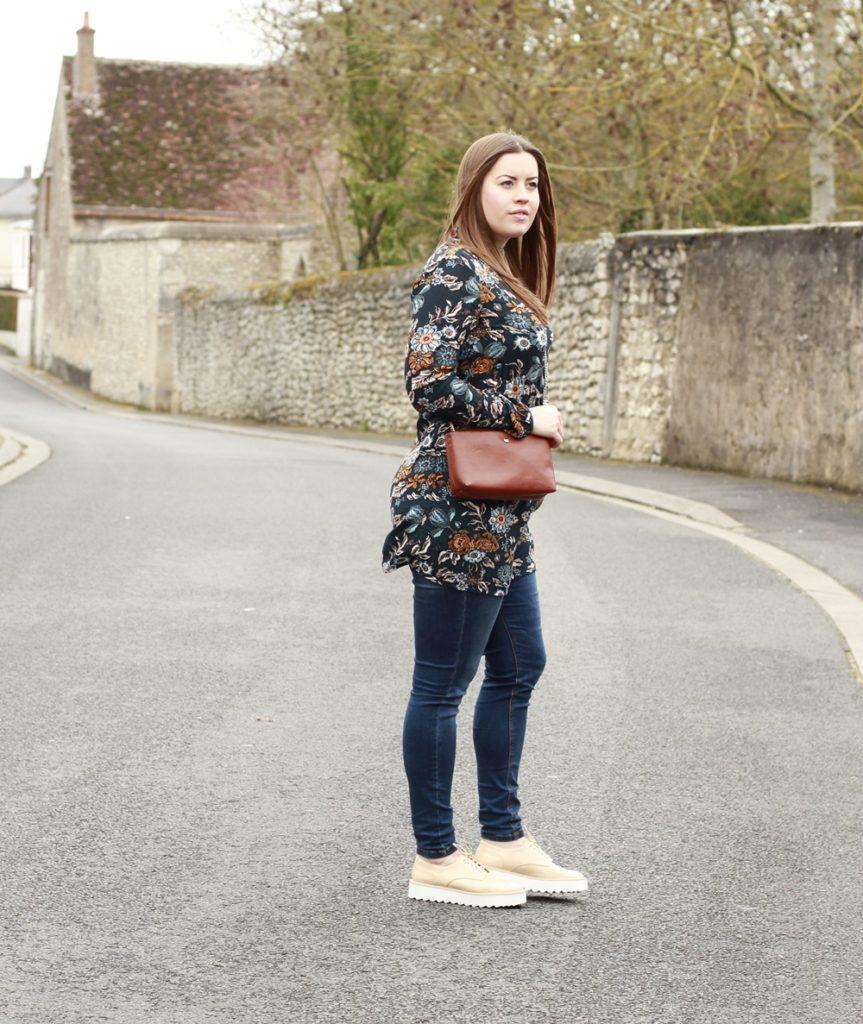 Ein gemustertes Kleid über der Jeans - auf La Mode et Moi, dem Modeblog aus Köln