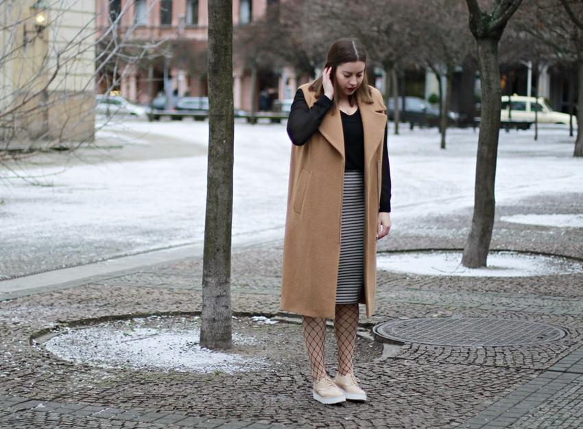 Fashion Week Look: Wollweste, Fishnet-Strümpfe und Plateau-Sneaker - LA MODE ET MOI, der Blog aus Köln