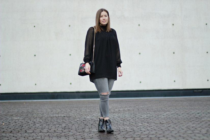 Schwarze Rollkragenbluse und bestickte Tasche - LA MODE ET MOI, der Blog aus Köln