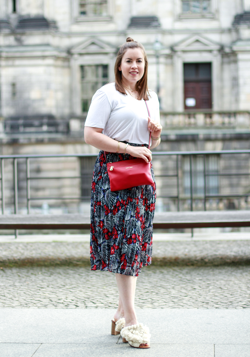 Rote Highlights im Midi-Rock mit Cross-Body-Bag - LA MODE ET MOI, der Modeblog