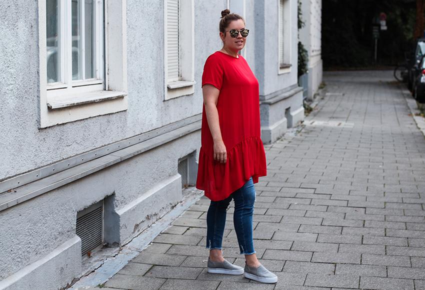 a touch of red, Trendfarbe rot, Knallfarbe rot, Modeblog, Tunika, asymethrisches Kleid, asymethrischer Trend, Kleid über der Jeans