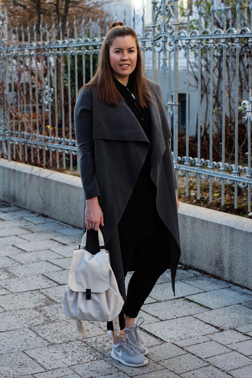 Grauer Wasserfallmantel und City-Rucksack - LA MODE ET MOI - Der Modeblog