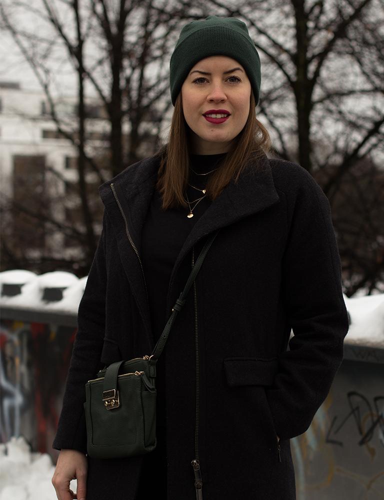 Dunkelgrüne Strickmütze zum All-Black-Look - LA MODE ET MOI - Der Modeblog