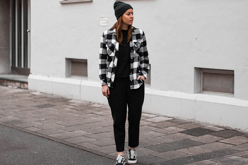 Kariertes Flanellhemd & dunkelgrüne Mütze - THE BUTTON by Emilie, der Modeblog